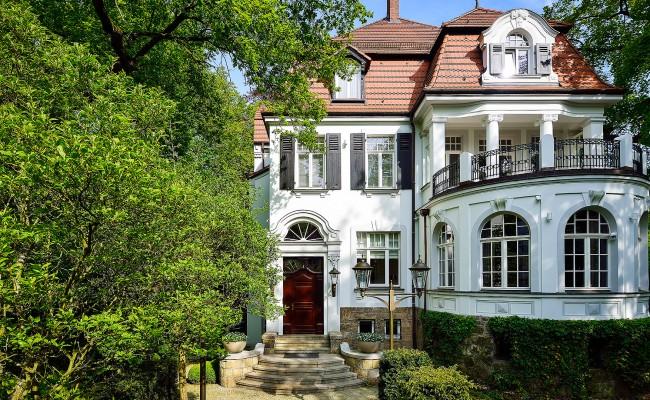 Umbau einer Villa in Hannover | Haupteingang und Wintergarten mit Balkon im ersten OG