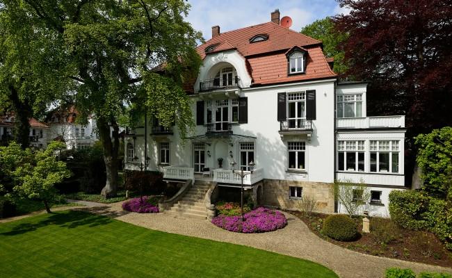 Umbau einer Villa in Hannover | Gartenanlage und Rückansicht der Villa